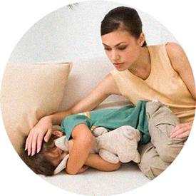 У ребенка болит голова и его утешают