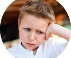 грустный школьник